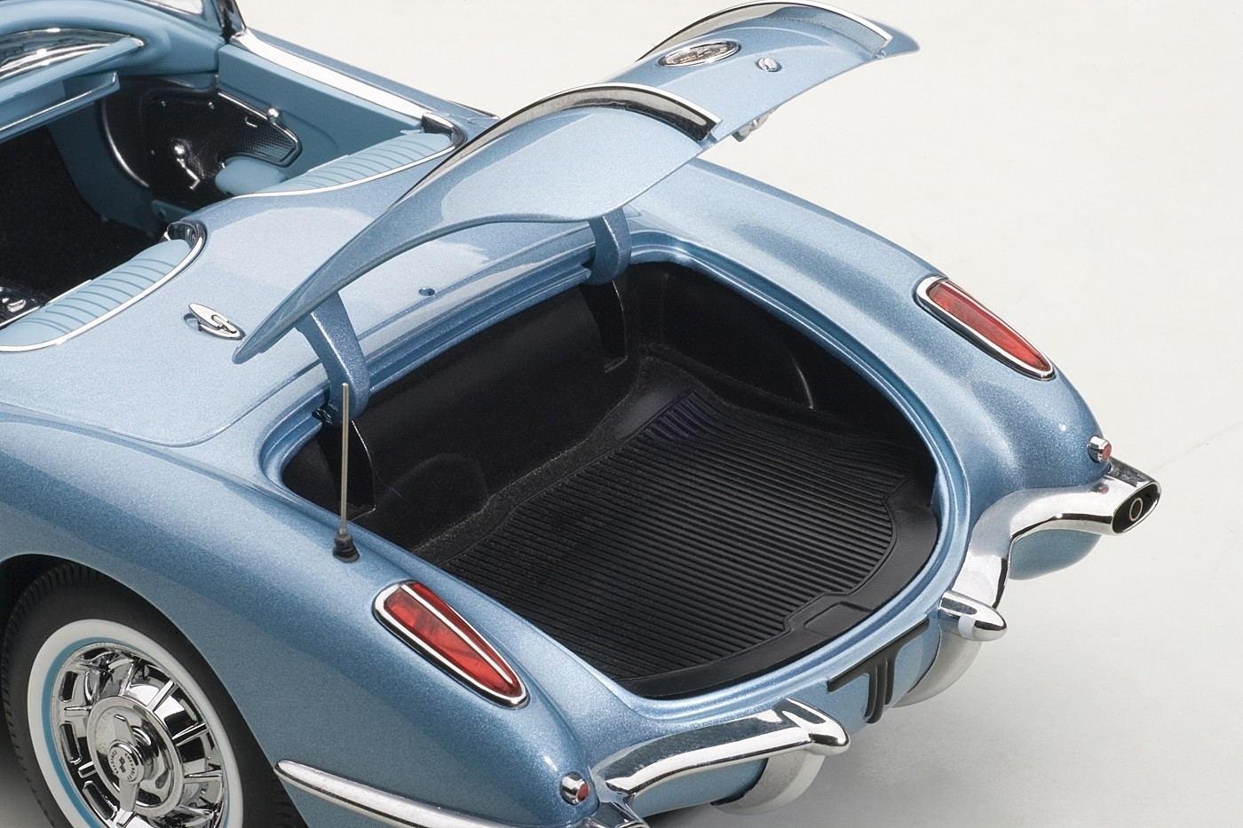 ۷۱۱۴۶_chevrolet_corvette_1958_silver_blue_71146_die-cast_autoart_scale_1-18_convertible_trunk